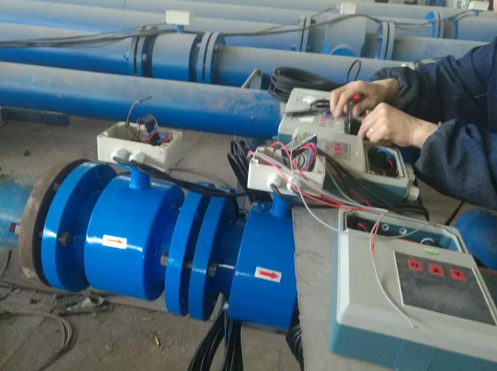 冷却水流量计、计量表、流量表---江苏威卡仪表有限公司-傅工 18952342008 冷却水流量计.冷却水流量计产品概述 WK-LDE冷却水流量计测量原理是法拉第电磁感应定律,传感器主要组成部分是:测量管、电极、励磁线圈、铁芯与磁轭壳体。它主要用于测量封闭管道中的导电液体和浆液中的体积流量。包括酸、碱、盐等强腐蚀性的液体。广泛应用于石油、化工、冶金、纺织、食品、制药、造纸等行业以及环保、市政管理,水利建设等领域。采用国内外先进技术研制、开发的全能智能流量计,在设计产品结构、选材、制定工艺、生产装配和出厂