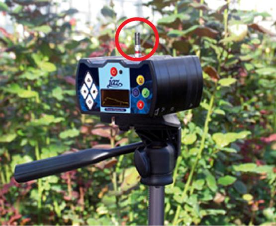 Jaz光谱仪可安装在三脚架上,用连接光谱仪的余弦校正器采集180°视野内的太阳辐射。