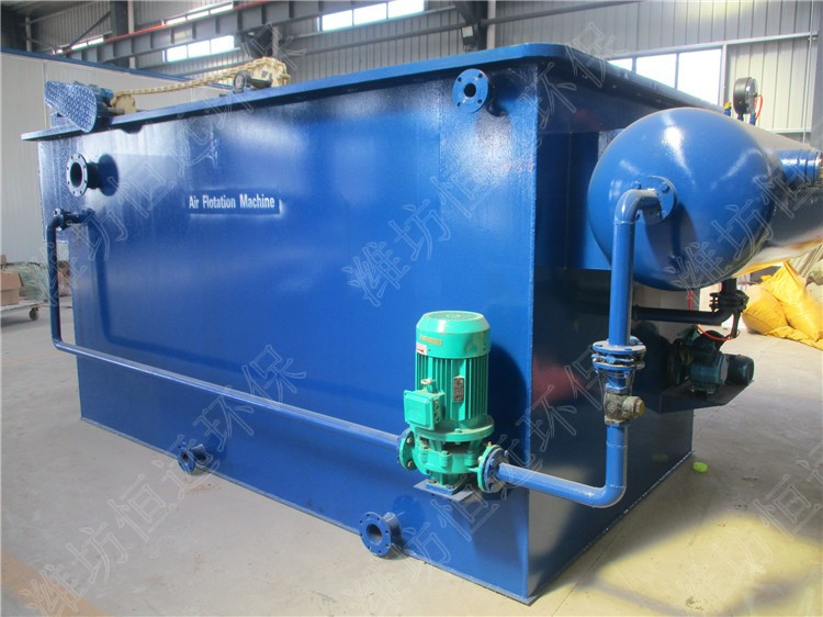 气浮机价格清单,山东恒远环保设备有限公司 超级溶气气浮污水处理机为钢制结构,其工作原理是:由空气压缩机送到空气罐中的空气通过射流装置被带入溶气罐,在0.35Mpa压力下被强制溶解在水中,形成溶气水,送到气浮槽中。在突然释放的情况下,溶解在水中的空气析出,形成大量的微气泡群,同泵送过来的并经加药后正在絮凝的污水中的悬浮物充分接触,并在缓慢上升过程中吸附在絮集好的悬浮物中,使其密度下降而浮至水面,达到去除SS和CODcr的目的。 溶气气浮污水处理机结构主要由以下几部分组成: 1、 气浮槽: 圆形钢制结构,是
